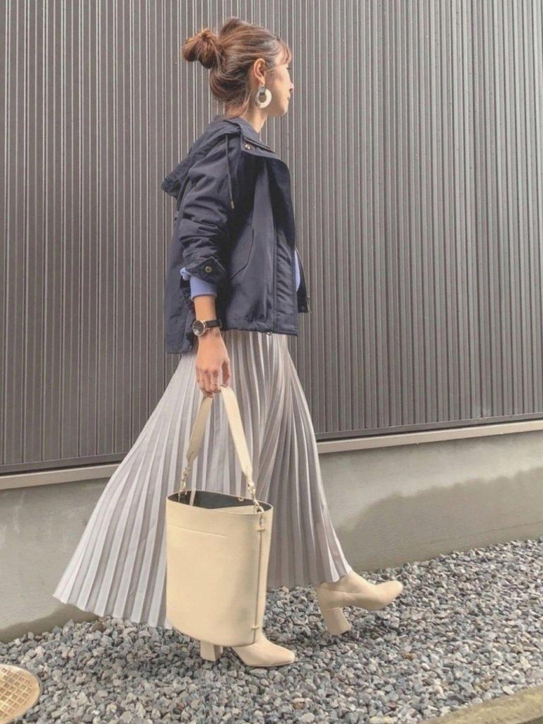 春に着たいマウンテンパーカーは短め丈なのでプリーツスカートと合わせやすいんですね。小物が大人っぽいのでカジュアル度低めでおしゃれ!